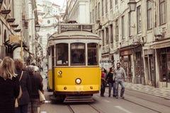 LISBOA, PORTUGAL - 2 DE ABRIL: Linha amarela famosa do bonde 28 no v Imagens de Stock