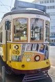 LISBOA, PORTUGAL - 7 DE AGOSTO DE 2017: O motorista do bonde em um bonde amarelo famoso velho 28 do elevador Imagens de Stock Royalty Free