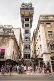 Lisboa, Portugal - 27 de agosto de 2017: Turistas que visitam Santa Justa Lift em Lisboa, Portugal O marco famoso da cidade do fotografia de stock royalty free