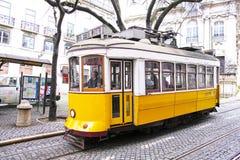 LISBOA, PORTUGAL - 26 DE ENERO DE 2016: Tranvías viejas famosas en la calle Imagen de archivo libre de regalías