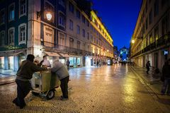 LISBOA, PORTUGAL - 26 de janeiro de 2011: O Rua Augusta é uma área em uma mais baixa Lisboa perto do Praca faz Comercio Fotografia de Stock