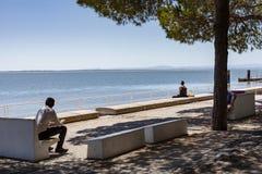 LISBOA, PORTUGAL - 11 de julio de 2018 Los turistas admiran la visión desde Imagen de archivo
