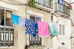 LISBOA, PORTUGAL - 10 de julio de 2017 Sequedad del lavado en una línea cloting Imágenes de archivo libres de regalías