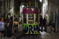 LISBOA, PORTUGAL - 21 DE JUNHO DE 2018: Jovens que apreciam na cidade na noite fotos de stock