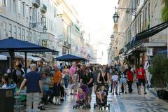 LISBOA, PORTUGAL - 25 DE JUNHO DE 2018: multidão de povos na rua de Rua Augusta durante o verão em Lisboa, Portugal imagens de stock royalty free