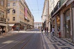 Lisboa, Portugal - 14 de maio: Cidade velha Lisboa o 14 de maio de 2014 Vista da rua com as casas típicas em Lisboa Imagens de Stock Royalty Free