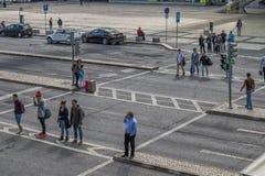 LISBOA/PORTUGAL- 12 de maio de 2017 - povos que cruzam a passagem ao lado de Fotografia de Stock