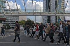 LISBOA/PORTUGAL- 12 de maio de 2017 - povos que cruzam a passagem ao lado de Fotografia de Stock Royalty Free
