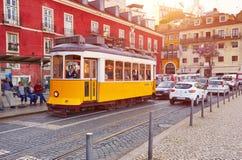 LISBOA, PORTUGAL - 15 DE MARÇO DE 2017: Bonde Eletrico em Alfama, Li Fotos de Stock Royalty Free