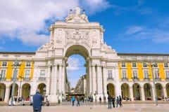 Lisboa, PORTUGAL - 5 de março de 2016: Tramcars velhos Praca de Comercio em Lisboa Imagens de Stock