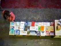 Lisboa, Portugal - 26 de marzo de 2017: Gente que hace compras para los libros adentro fotografía de archivo libre de regalías