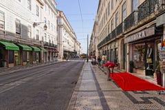 Lisboa, Portugal - 14 de mayo: Ciudad vieja Lisboa el 14 de mayo de 2014 Vista de la calle con las casas típicas en Lisboa Imagen de archivo