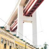 LISBOA, PORTUGAL - 29 de octubre de 2016: El puente de 25 de Abril encima Imagen de archivo libre de regalías