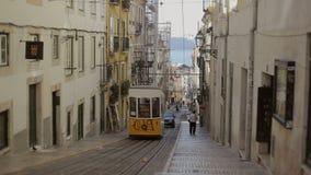 LISBOA, PORTUGAL - 15 DE SEPTIEMBRE DE 2015: Funicular diseñada retro famoso en la calle vieja de la ciudad de Lisboa, Portugal almacen de metraje de vídeo