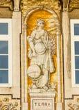 Lisboa, Portugal: edificio con las tejas portuguesas que representan la tierra (tierra) Imagen de archivo libre de regalías