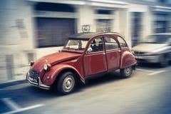 Lisboa, Portugal, el 24 de abril de 2011, Citroen 2cv en la calle de Lisboa Citroen 2cv es un convertible de la ciudad compacta Imágenes de archivo libres de regalías