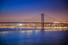 LISBOA, PORTUGAL - el río Tagus más allá del puente de 25 de Abril de Cacilhas Imagen de archivo libre de regalías