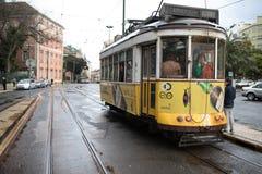 LISBOA, PORTUGAL - em fevereiro de 2017: Linha amarela famosa do bonde 28 na estação na frente da basílica Estrella Fotos de Stock