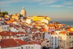 Lisboa, Portugal Horizonte en Alfama Puesta del sol romántica Imagen de archivo libre de regalías