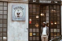 Lisboa, Portugal - marzo de 2018 - experiencia del corte de pelo en la barbería de Figaros imagen de archivo libre de regalías