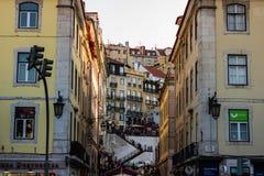 Lisboa, Portugal - 2019 Restaurante local y las escaleras que van al alto del barrio hispano de Lisboa imágenes de archivo libres de regalías