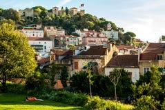 Lisboa, Portugal - Septmember 19, 2016: Estacione abaixo do ponto de vista de Graca, castelo no horizonte Foto de Stock Royalty Free