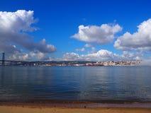 Lisboa que despierta después de la mañana de niebla fotos de archivo libres de regalías
