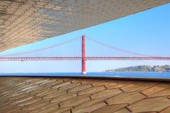 Lisboa, suspensão 25 do marco da ponte de abril foto de stock royalty free