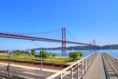 Lisboa, suspensión 25 de la señal del puente de abril Fotos de archivo