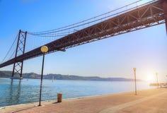 Lisboa, suspensión 25 de la señal del puente de abril imágenes de archivo libres de regalías