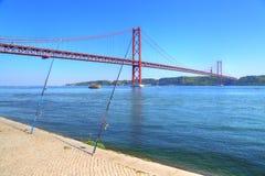 Lisboa, suspensión 25 de la señal del puente de abril fotografía de archivo