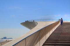 Lisboa, suspensión 25 de la señal del puente de abril Imagenes de archivo