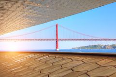 Lisboa, suspensión 25 de la señal del puente de abril imagen de archivo libre de regalías