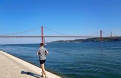 Lisboa, suspensión 25 de la señal del puente de abril Imagen de archivo