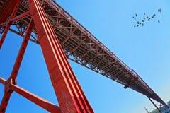 Lisboa, suspensión 25 de la señal del puente de abril Fotografía de archivo libre de regalías