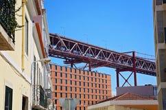 Lisboa, suspensión 25 de la señal del puente de abril foto de archivo