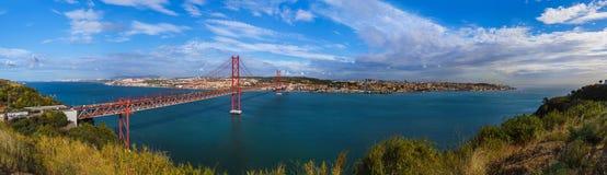 Lisboa y 25ta de April Bridge - Portugal Foto de archivo