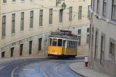 Lisbon's de elektriska spårvagnarna som i city korsar Royaltyfri Bild