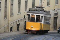 Lisbon's de elektriska spårvagnarna som i city korsar Royaltyfria Bilder