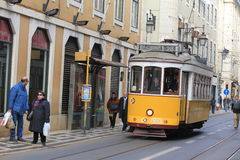 Lisbon's de elektriska spårvagnarna som i city korsar Fotografering för Bildbyråer