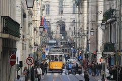 Lisbon's de elektriska spårvagnarna som i city korsar Royaltyfri Foto