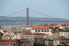 Lisbon Dziejowy miasto i 25th Kwietnia mosta panorama, Portugalia Obrazy Stock