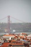 Lisbon Dziejowy miasto i 25th Kwietnia mosta panorama, Portugalia Zdjęcia Royalty Free