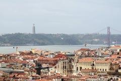 Lisbon Dziejowy miasto i 25th Kwietnia mosta panorama, Portugalia Zdjęcie Royalty Free