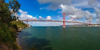 Lisbon i 25th Kwietnia most - Portugalia Obrazy Royalty Free