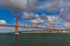 Lisbon i 25th Kwietnia most - Portugalia Zdjęcia Royalty Free