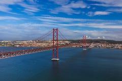 Lisbon i 25th Kwietnia most - Portugalia Fotografia Royalty Free
