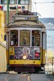 LISBON, KWIECIEŃ - 9: Niezidentyfikowana turystyczna podróż wśrodku sławni 28 kreskowego tramwaju na Kwietniu 9 2018 w Lisbon, Po Obraz Stock