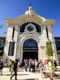 LISBON - 7 2017 MAJ: Mercado da Ribeira budynek i wiele turyści na 7 2017 w Lisbon Maju Obrazy Royalty Free