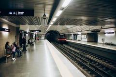 Lisbon, 01 2018 Maj: Typowy wnętrze stacja metru w Lisbon Wycieczka w podziemnym metrze Zdjęcia Stock